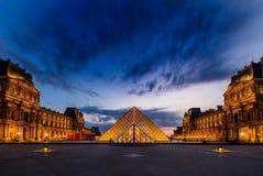 O por do sol do museu do Louvre imagens de stock royalty free