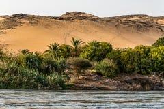 O por do sol, dunas de areia no litoral da pe?a de Nile River chamou a primeira catarata, Aswan Egito foto de stock