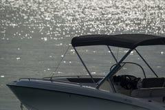 O por do sol efervescente no litoral de um navio de cruzeiros Imagens de Stock Royalty Free