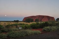 O por do sol em ayers de Uluru balança, centro vermelho Austrália fotografia de stock