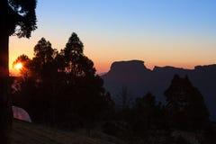 O por do sol em Campos faz Jordao com o Pedra faz o pico de Bau destacado imagens de stock