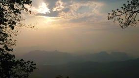 O por do sol em montanhas tailandesas, Mae Hong Son, Tailândia vídeos de arquivo