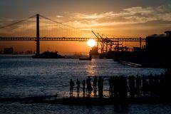 O por do sol em Tejo River perto de Praca faz Comercio em Lisboa, Portugal Imagem de Stock Royalty Free