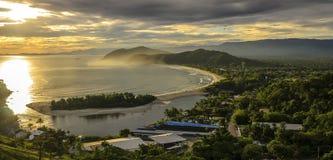 O por do sol espetacular no Barra faz a praia de Una na costa do imagem de stock