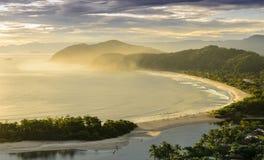 O por do sol espetacular no Barra faz a praia de Una na costa do imagens de stock