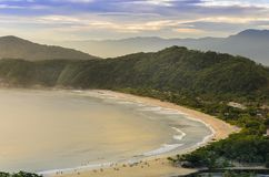 O por do sol espetacular no Barra faz a praia de Una na costa do fotos de stock