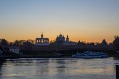 O por do sol está em Novgorod Velikiy Imagem de Stock