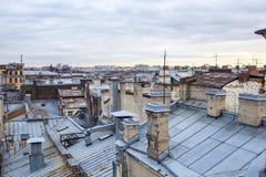 O por do sol está nos telhados Imagem de Stock