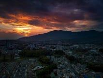 O por do sol grande no país mágico de Colômbia imagens de stock