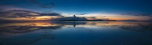 O por do sol impressionante e ainda molha em Gili Air Island, Indonésia Fotografia de Stock