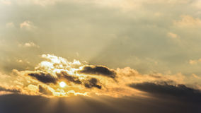 O por do sol, inverno do céu do por do sol, sol nubla-se Foto de Stock
