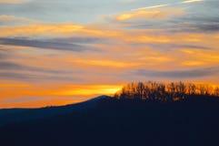 O por do sol lindo sobre as montanhas de Boone, North Carolina durante o inverno imagens de stock