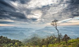 O por do sol majestoso nas montanhas ajardina e céu dramático Imagem de Stock