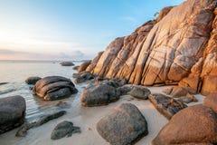 O por do sol do mar balança a praia no fundo do céu azul Nascer do sol da noite da beleza Fundo para um cartão do convite ou umas imagens de stock royalty free