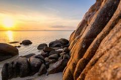 O por do sol do mar balança a praia no fundo do céu azul Nascer do sol da noite da beleza Fundo para um cartão do convite ou umas fotografia de stock royalty free