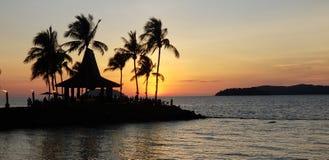 O por do sol morno, multidão romântica do beira-mar, o cenário do lazer fotos de stock