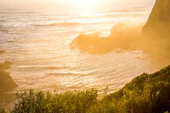 O por do sol morno nas horas de verão em Zambujeira estraga, Portugal imagens de stock