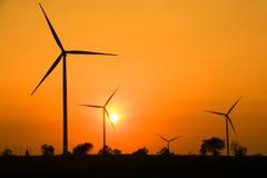 O por do sol na exploração agrícola da turbina eólica foto de stock royalty free