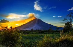 O por do sol no lado do Mt Sinabung Fotos de Stock