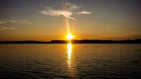 O por do sol no lago Starnberger considera Imagens de Stock Royalty Free