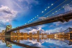 O por do sol panorâmico maravilhoso com Brooklyn e Manhattan constroem uma ponte sobre com referência a imagem de stock royalty free