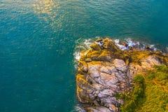 O por do sol do panorama acima do cabo de Promthep é uma montanha da rocha que estende no mar em Phuket Tailândia fotografia de stock royalty free