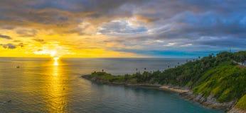O por do sol do panorama acima do cabo de Promthep é uma montanha da rocha que estende no mar em Phuket Tailândia imagem de stock royalty free