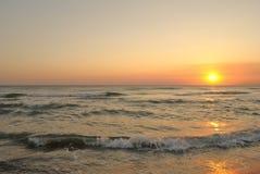O por do sol refletiu em ondas perto da praia, grande espaço para a cópia Fotos de Stock