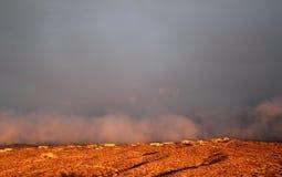 O por do sol rico nubla-se na terra sobre uma cidade da montanha em Tucson o Arizona Fotografia de Stock