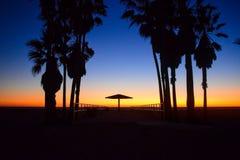 O por do sol sobre EUA encalha em Los Angeles, Califórnia imagens de stock royalty free