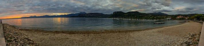 O por do sol sobre o lago Garda, montanhas, sailingboats em Bardolino abriga Itália Imagens de Stock Royalty Free