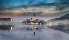 O por do sol surpreendente no lago sangrou no inverno, Eslovênia imagem de stock