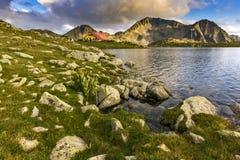 O por do sol surpreendente sobre o lago Tevno e Kamenitsa repicam, montanha de Pirin fotos de stock royalty free