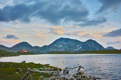 O por do sol surpreendente sobre o lago Tevno e Kamenitsa repicam, montanha de Pirin imagem de stock royalty free
