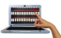 O portátil arquiva pontos do dedo da mão na tela - rendição 3d Foto de Stock