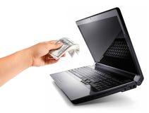O portátil com mão dá 100 dólares, ganha o dinheiro Fotografia de Stock