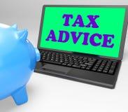 O portátil do conselho do imposto mostra emitir um parecer profissional sobre a tributação Fotos de Stock Royalty Free