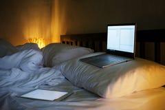 O portátil no quarto branco Relâmpago das lâmpadas levemente Fotografia de Stock