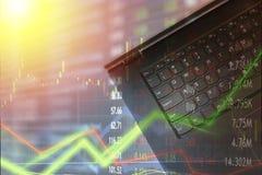 O portátil para o uso e a compra e venda de ações da finança com mercado faz um mapa da folha de prova Estratégia da confusão e d foto de stock