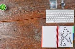 O portátil, a tabuleta e o caderno estão em uma tabela de madeira Fotografia de Stock Royalty Free