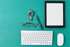 O portátil, a tabuleta e o caderno estão em uma tabela de madeira Imagem de Stock Royalty Free