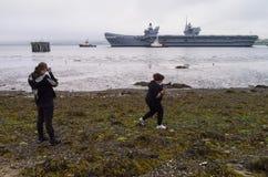 O porta-aviões da rainha Elizabeth do HMS sae do delta de Cromarty imagens de stock royalty free