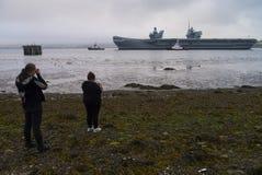 O porta-aviões da rainha Elizabeth do HMS sae do delta de Cromarty imagem de stock