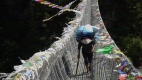 O porteiro está levando uma carga nos Himalayas vídeos de arquivo