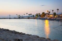 O porto com os barcos no lado no crepúsculo, Turquia fotos de stock