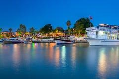 O porto com os barcos no lado na noite, Turquia imagens de stock