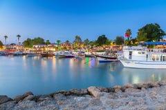 O porto com os barcos no lado na noite, Turquia foto de stock