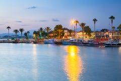 O porto com os barcos no lado na noite, Turquia fotos de stock