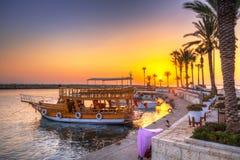 O porto com os barcos no lado no por do sol imagens de stock royalty free