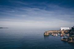 O porto da aldeia piscatória córnico pitoresca de Coverack, Cornualha, Reino Unido imagens de stock royalty free